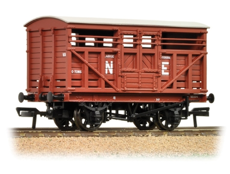 bachmann-37706a-12-ton-lms-cattle-wagon-ne-brown-oo-gauge