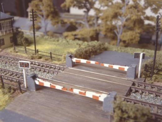 ratio-235-level-crossing-with-barriers-plastic-kit-n-gauge