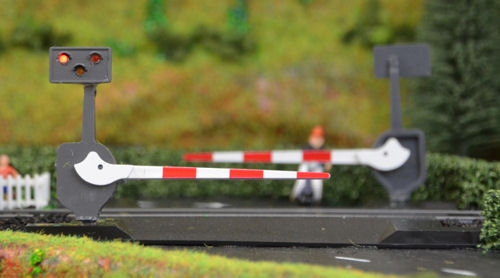 traintech-lc10p-level-crossing-barrier-set-with-light-sound-pair-oo-gauge