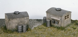 wills-ss22-lamp-huts-with-oil-drums-pk2-plastic-kit-oo-gauge